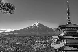 グレースケールの富士山と五重の塔
